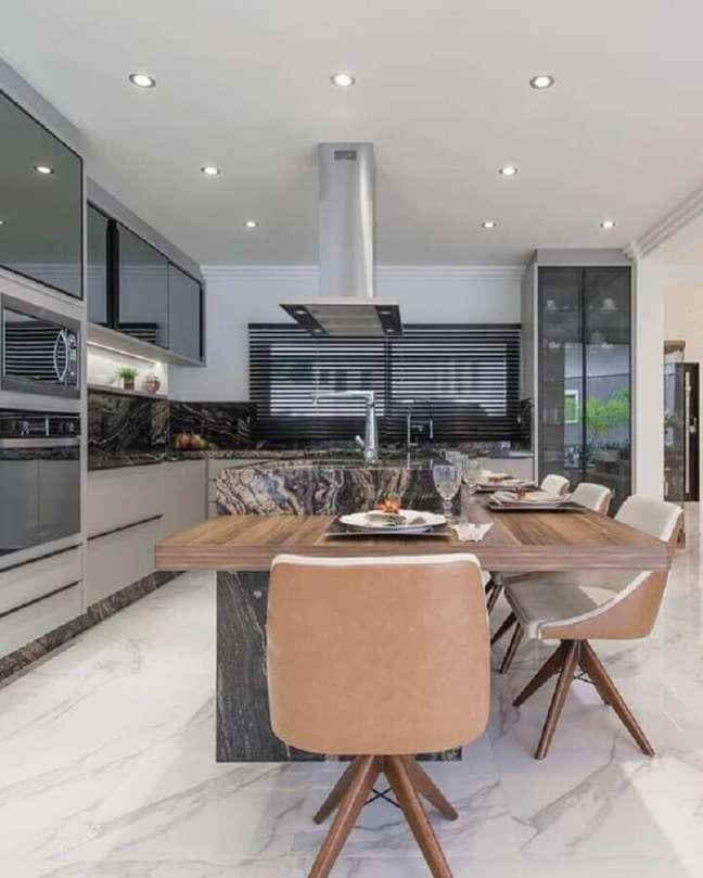 63. Tons de cinza para decoração moderna de cozinha planejada grande com ilha – Foto: Ronald Pimentel