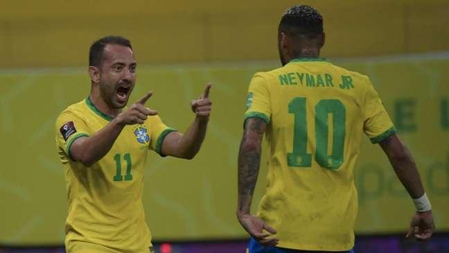 Éverton Ribeiro e Neymar marcaram os dois primeiros gols da partida (NELSON ALMEIDA / AFP)