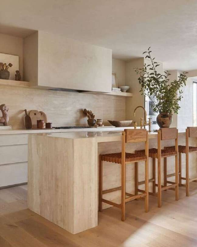 41. Decoração em cores neutras com banqueta de madeira para cozinha planejada com ilha – Foto: Marble Trend Ltd.