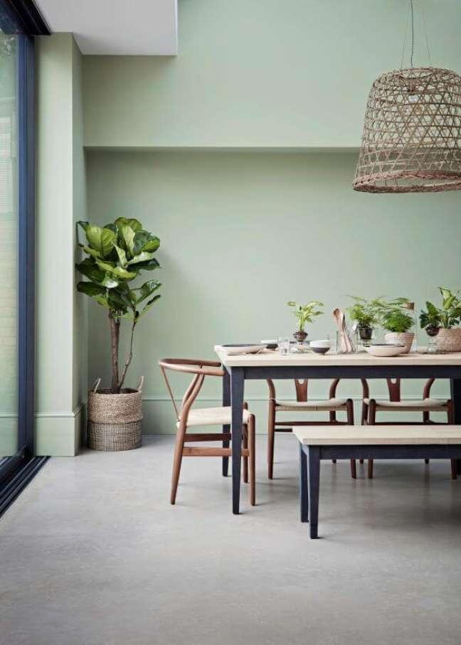 2. Sala de jantar com parede verde sage e móveis de madeira – Foto Crown Paints featuring Mellow Sage wall colour paint
