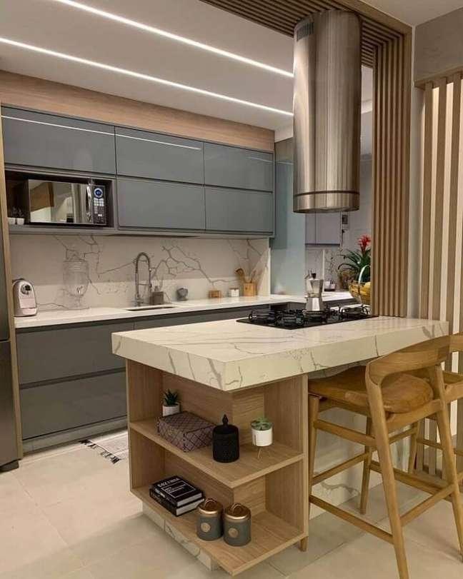 37. Decoração de cozinha planejada com ilha pequena de mármore e armário cinza – Foto: Shailla Fernandes Arquitetura