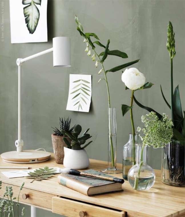 19. Decoração com parede tinta verde sage e mesa de madeira – Foto Ikea