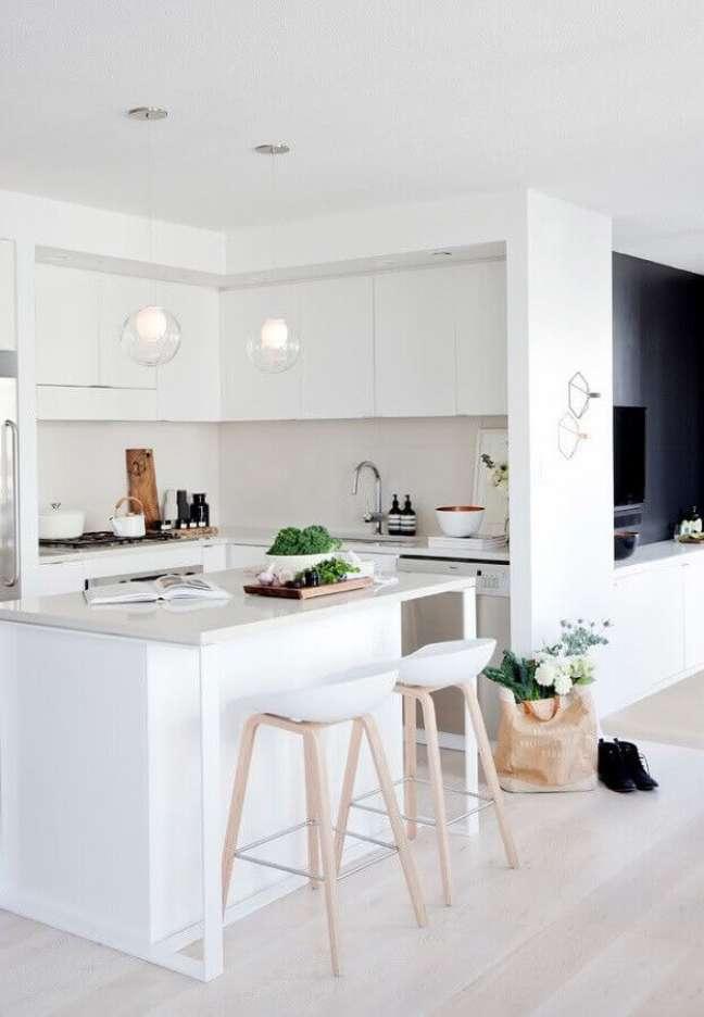 8. Decoração clean para cozinha planejada com ilha pequena toda branca – Foto: Houzz