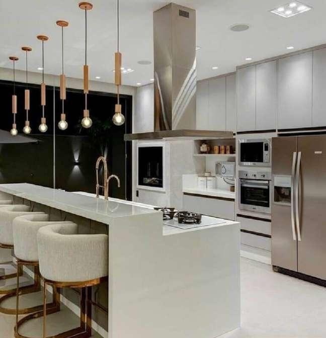 56. Luminária pendente para decoração de cozinha planejada com ilha – Foto: Juliana Saraiva Arquitetura e Interiores