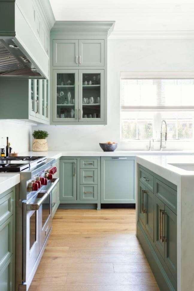10. Cozinha com armários verde sage e bancada de mármore branco – Foto Decorpad