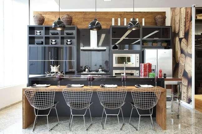 21. Cadeira aramada para bancada de madeira para decoração moderna de cozinha planejada com ilha – Foto: Grupo Factory