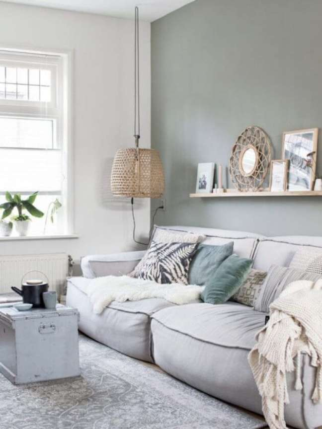 40. Sala com sofa cinza confortável e parede verde sage – Foto Architecture art designs