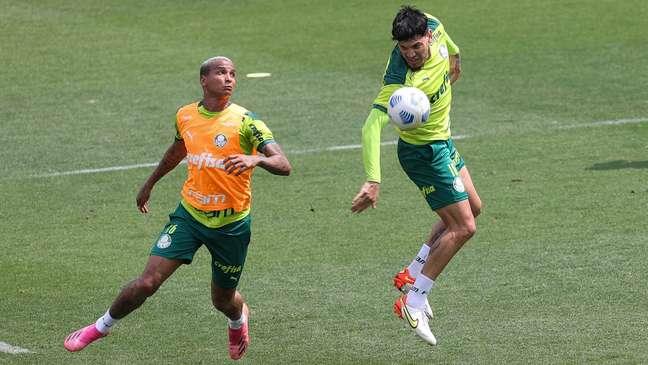 Deyverson e Gustavo Gómez durante o treino desta sexta-feira na Academia de Futebol