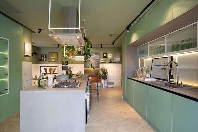 47. Decoração moderna com armário verde para cozinha planejada com ilha gourmet – Foto: Beta Arquitetura