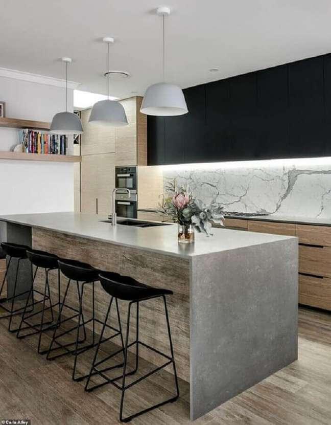 48. Decoração moderna de cozinha planejada com ilha de cimento queimado e armário aéreo preto – Foto: Home Fashion Trend