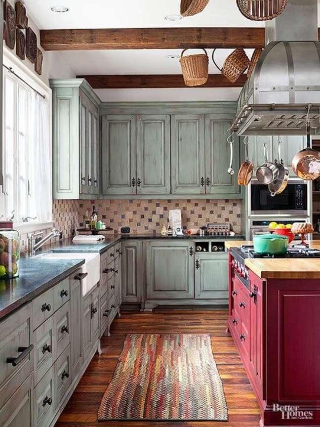 12. Cozinha com armários verdes e bancada vermelha – Foto Better Homes And Gardens