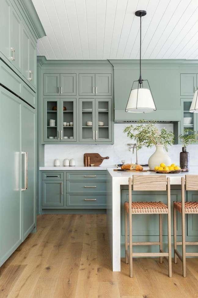 15. Cozinha verde sage com branco – Foto Decor Pad