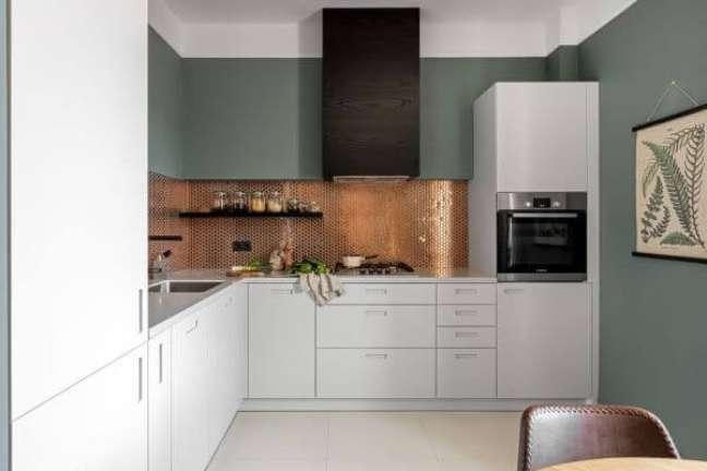 49. Cozinha branca com paredes em verde sage – Foto Finch Studio