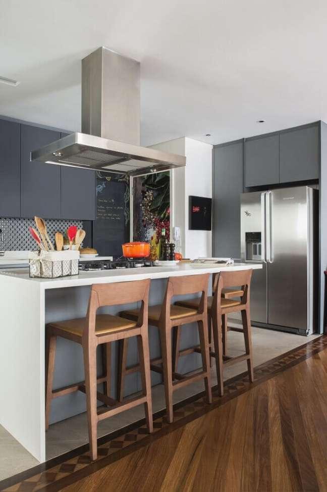 4. Tons de cinza para decoração de cozinha planejada com ilha gourmet com cooktop – Foto: Cristina Lembi