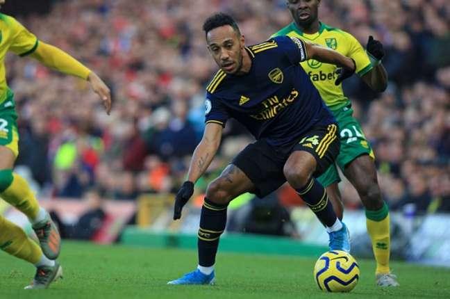 Aubameyang em ação pelo Arsenal contra o Norwich (Foto: AFP)
