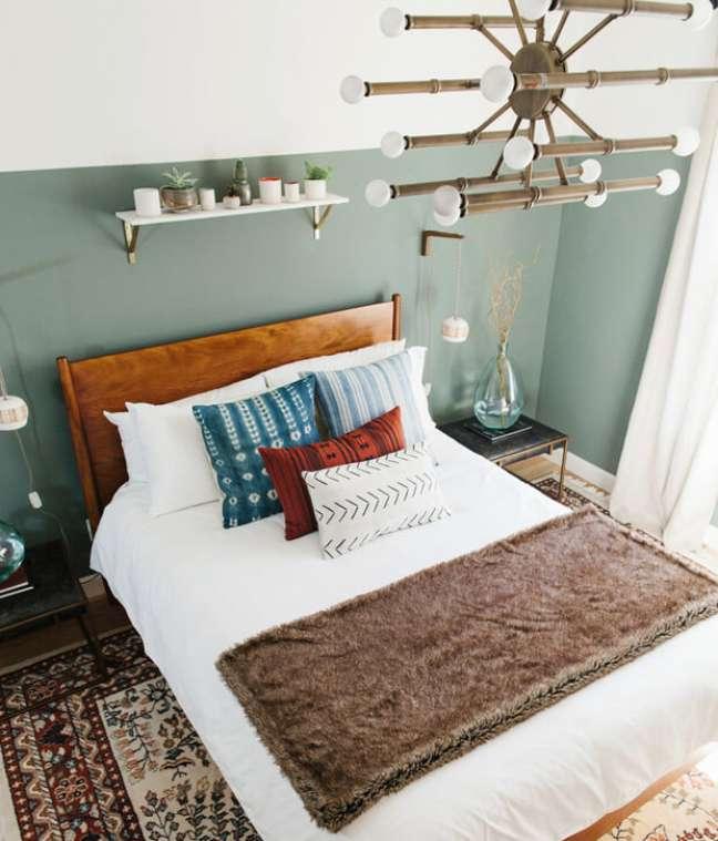 27. Quarto com meia parede pintada de verde sage – Foto Ave Styles