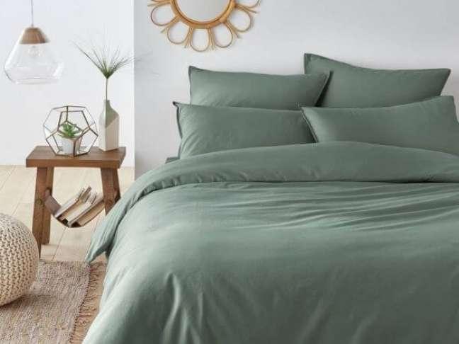 36. Roupa de cama para quarto de casal na cor verde sage – Foto Joli Place