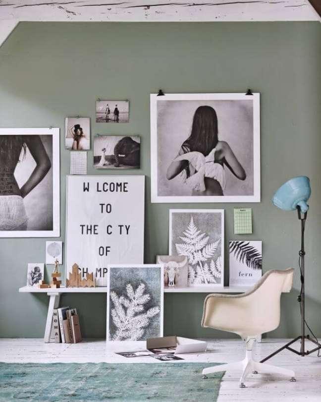 23. Parede verde sage decorada com quadros – Foto Shop Buddie