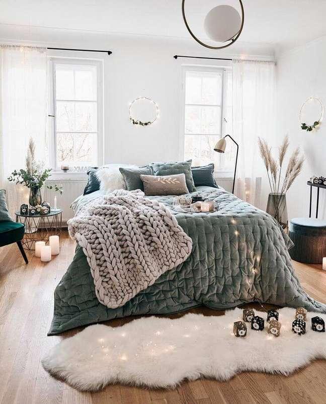 25. Quarto aconchegante com roupa de cama verde sage e paredes claras – Foto Westing