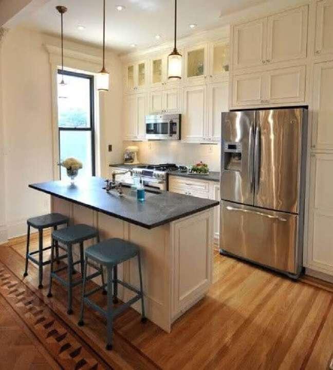 43. Decoração estilo clássico para cozinha com ilha planejada – Foto: Houzz
