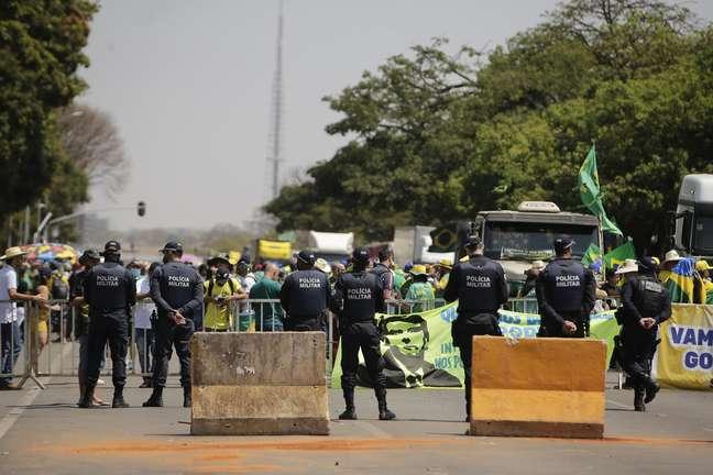 Após 5 dias de protesto, caminhoneiros deixam Esplanada
