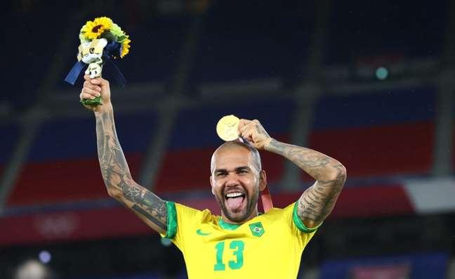 Daniel Alves mostra a medalha de ouro conquistada nos Jogos Olímpicos de Tóquio Thomas Peter Reuters