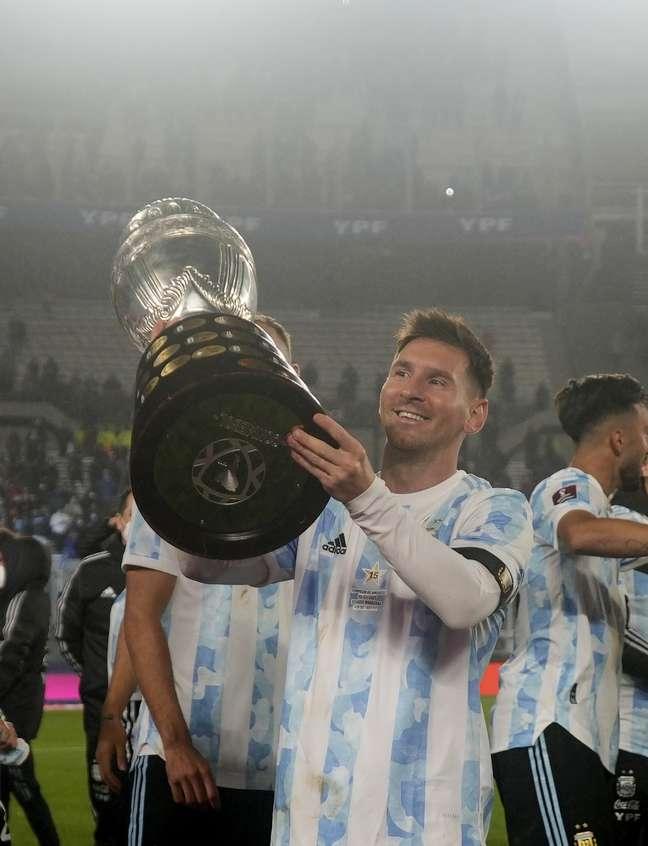 Messi mostra a taça da Copa América para a torcida conquistada no Brasil Natacha Pisarenko Reuters