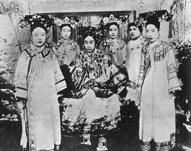 As viúvas imperatrizes Longyu (primeira à direita) e Cixi (Tzu-hsi, 1835-1908, centro) com damas da corte em 1904
