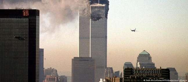 Avião comercial antes de se chocar contra as Torres Gêmeas, em Nova York, em 2001