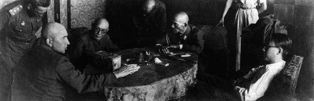Imperador Manchukuo Puyi (à direita) sendo questionado pelo general russo Pritoul (à esquerda) após sua prisão