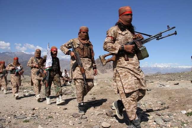 Soldados armados do Talebã e civis em foto de 2020