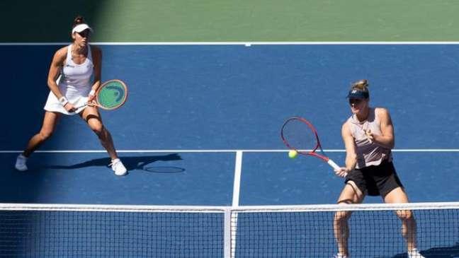 Luisa Stefani e Gabriela Dabrowski durante as semifinais do US Open (Foto: Divulgação/US Open)