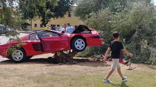 Ferrari ficou destruída após acidente