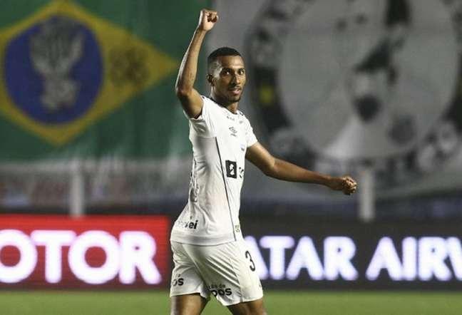 Lucas Braga vai desfalcar o Santos contra o Ceará (Foto: CARLA CARNIEL / POOL / AFP)