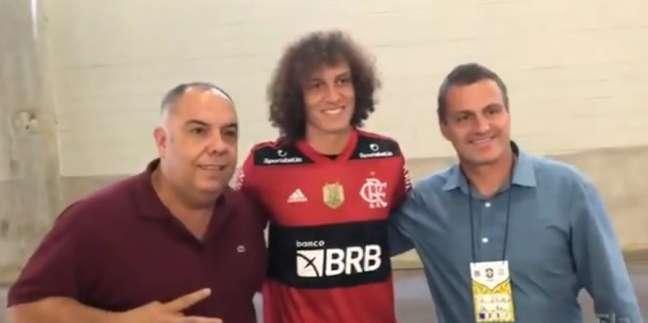 David Luiz ao lado de dirigentes do Flamengo (Reprodução/FlaTV)