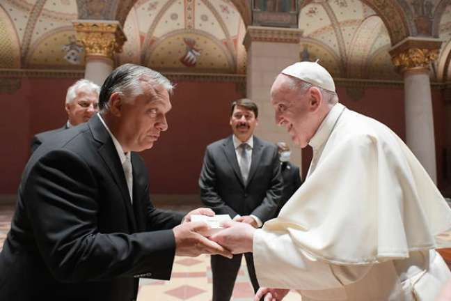 Papa Francisco cumprimenta Viktor Orbán no Museu de Belas Artes de Budapeste