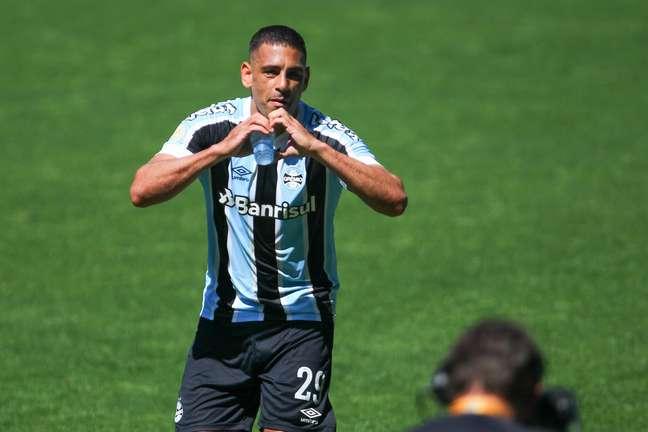 Diego Souza comemora gol durante partida entre e Grêmio e Ceará