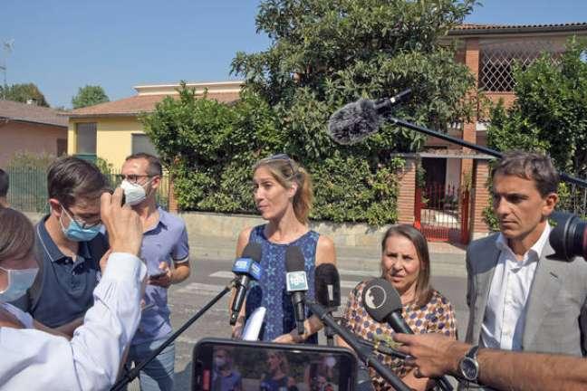 Aya Biran (no centro da imagem) fala com jornalistas após suposto sequestro do menino Eitan