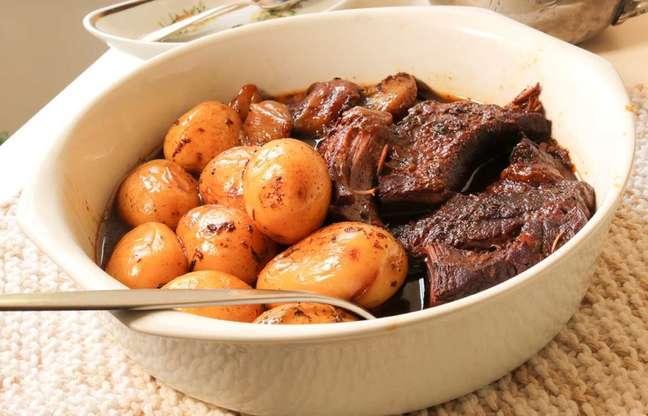 Peito de boi cozido no vinho tinto com cebolinhas e batatas