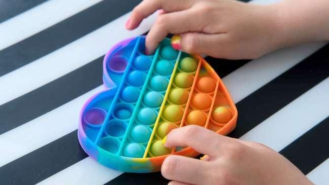 Brinquedos sensoriais ativam diversos sentidos, como tato, visão e audição