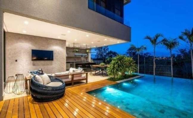 15. Chaise área externa pequena para beira da piscina – Foto Renato Souza Arquitetura