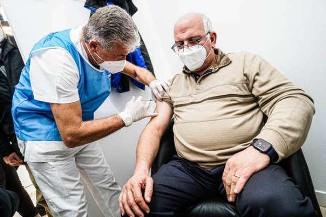 Vacinação contra Covid em hospital de Nápoles, sul da Itália