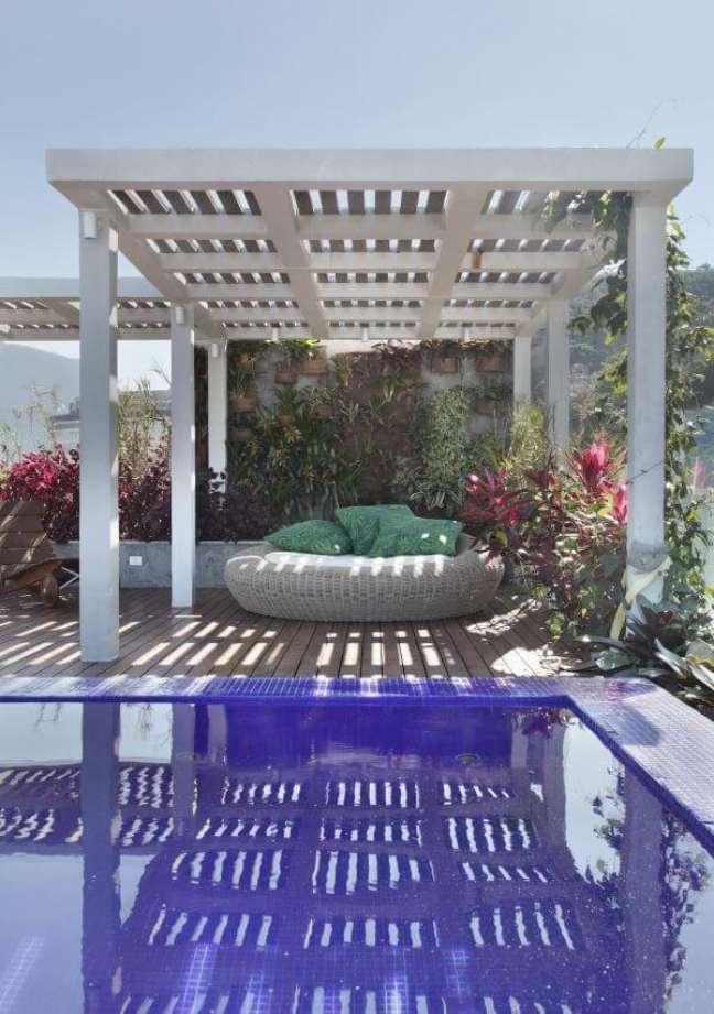 23. Pergolado branco com chaise área externa e almofadas verdes – Foto Projetos House in Rio