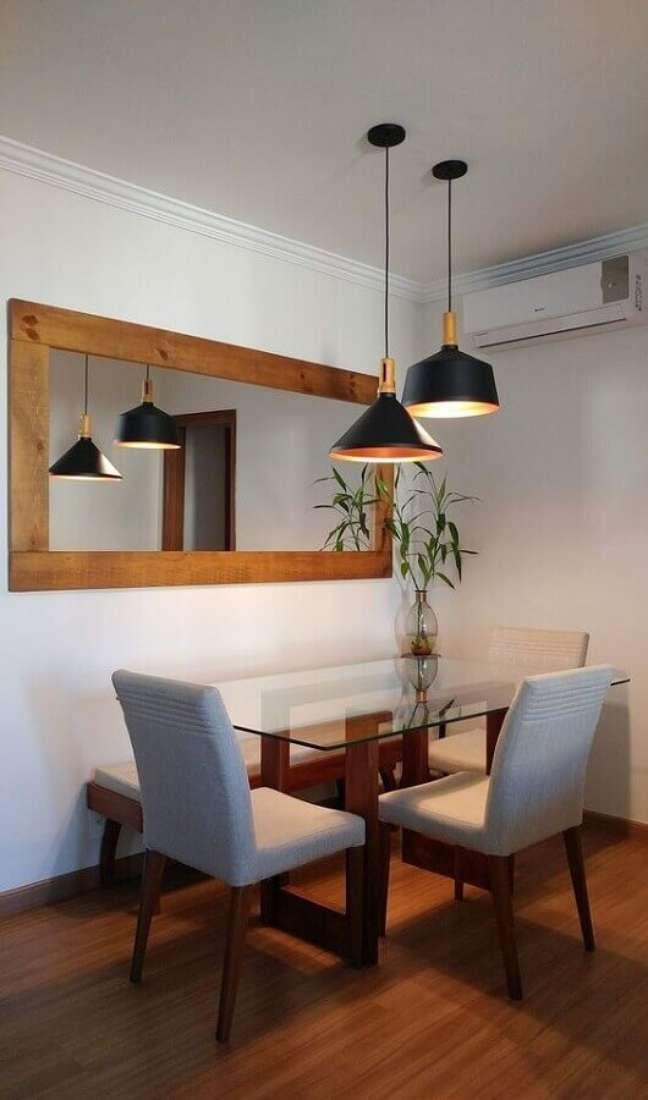 28. Decoração simples com mesa de vidro e espelho na sala de jantar – Foto: Mariana Martinez Arquitetura