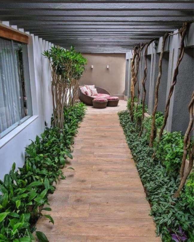 16. Chaise área externa perto d corredor com plantas – Foto TYWA