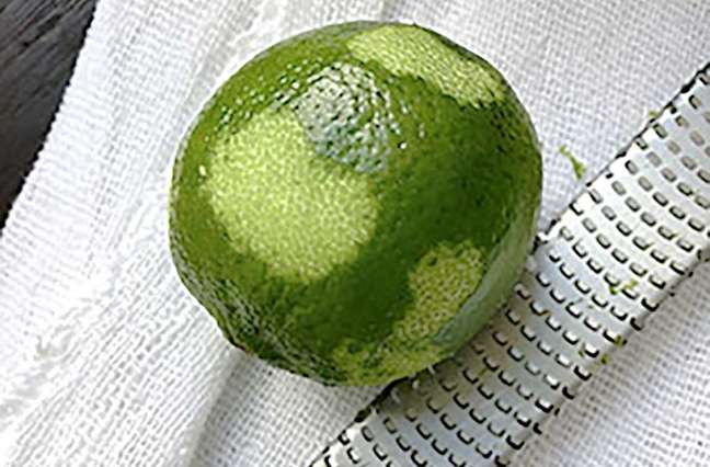 Como ralar a casca de um limão