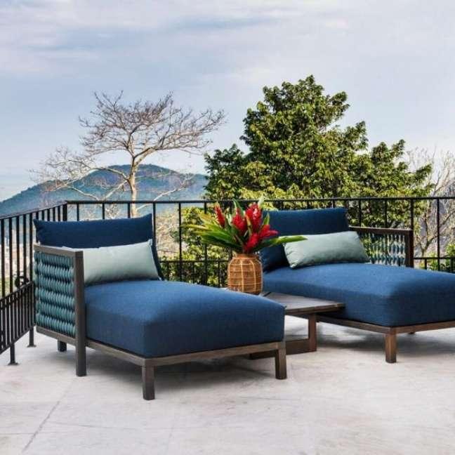 39. Varanda com chaise área externa azul marinho – Foto Saccaro