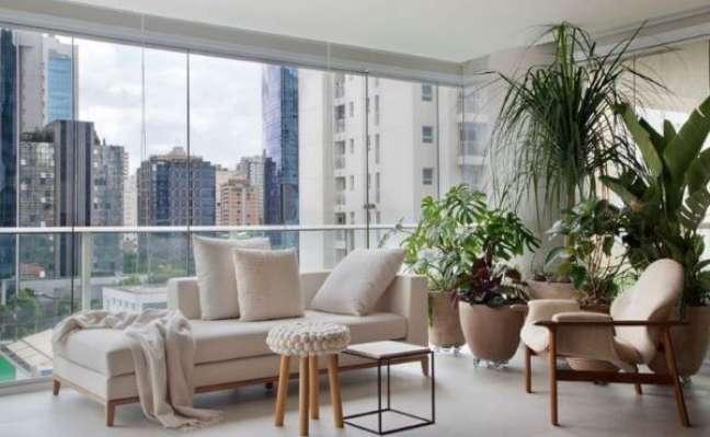42. Varanda de vidro com chaise longue área externa branco e sofisticado – Foto Nildo Jose Arquitetura