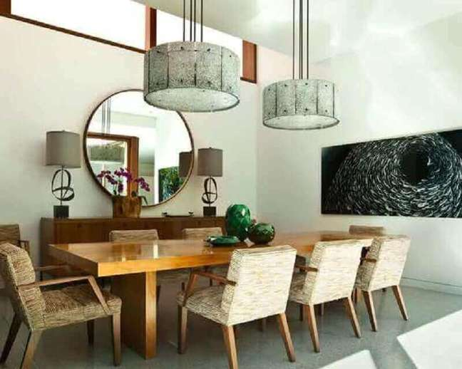 51. Espelho redondo na sala de jantar decorada com cadeira estofada e mesa grande de madeira – Foto: Home Furniture