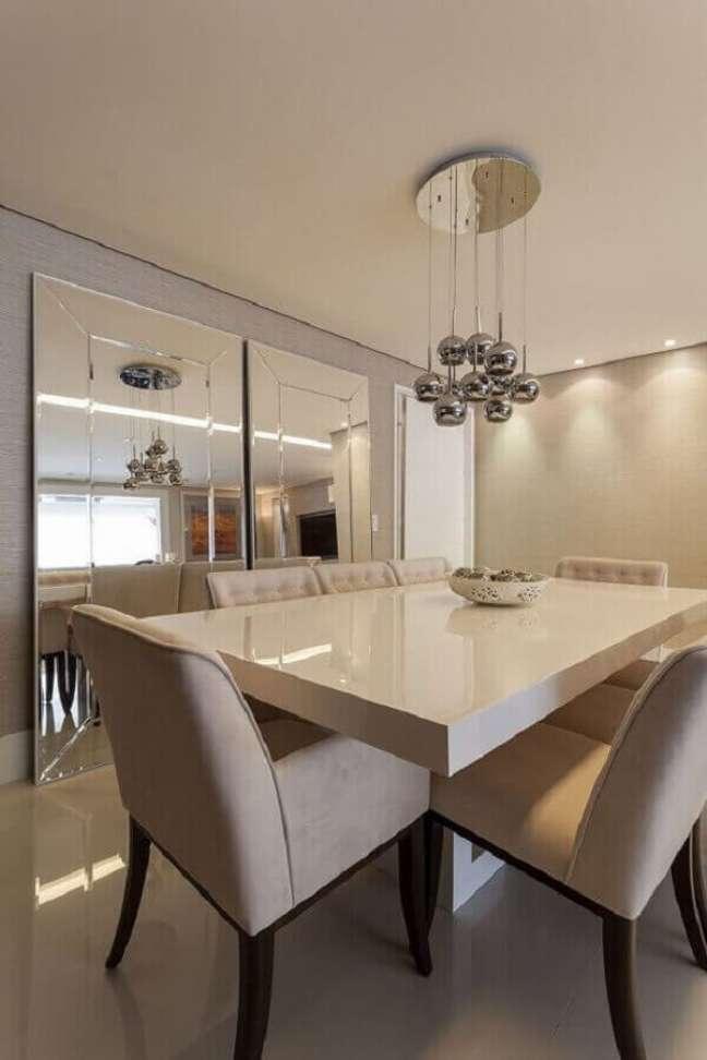 30. Decoração sofisticada em cores neutras com espelho grande na sala de jantar – Foto: Mariana Luccisano